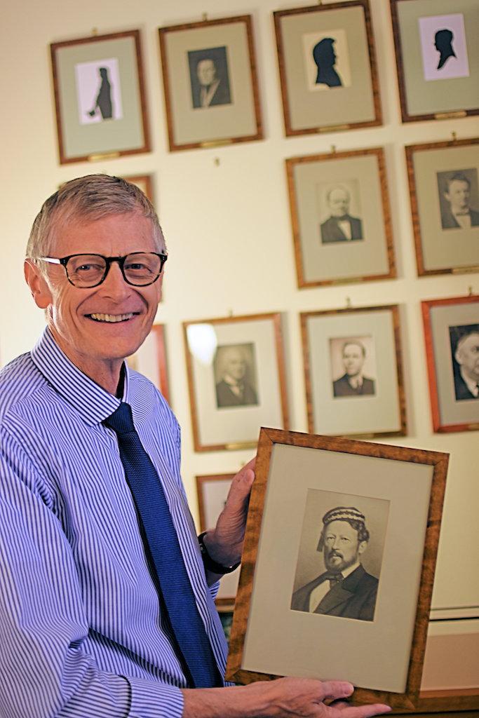 Kun én direktør har sittet lenger enn Gunnar Bergby i Høyesteretts 204-årige historie. Michael Sverdrup var Høyesteretts direktør i hele 35 år, fra 1841 til 1875, sier Bergby her med bildet av Sverdrup. Foto: Tore Letvik