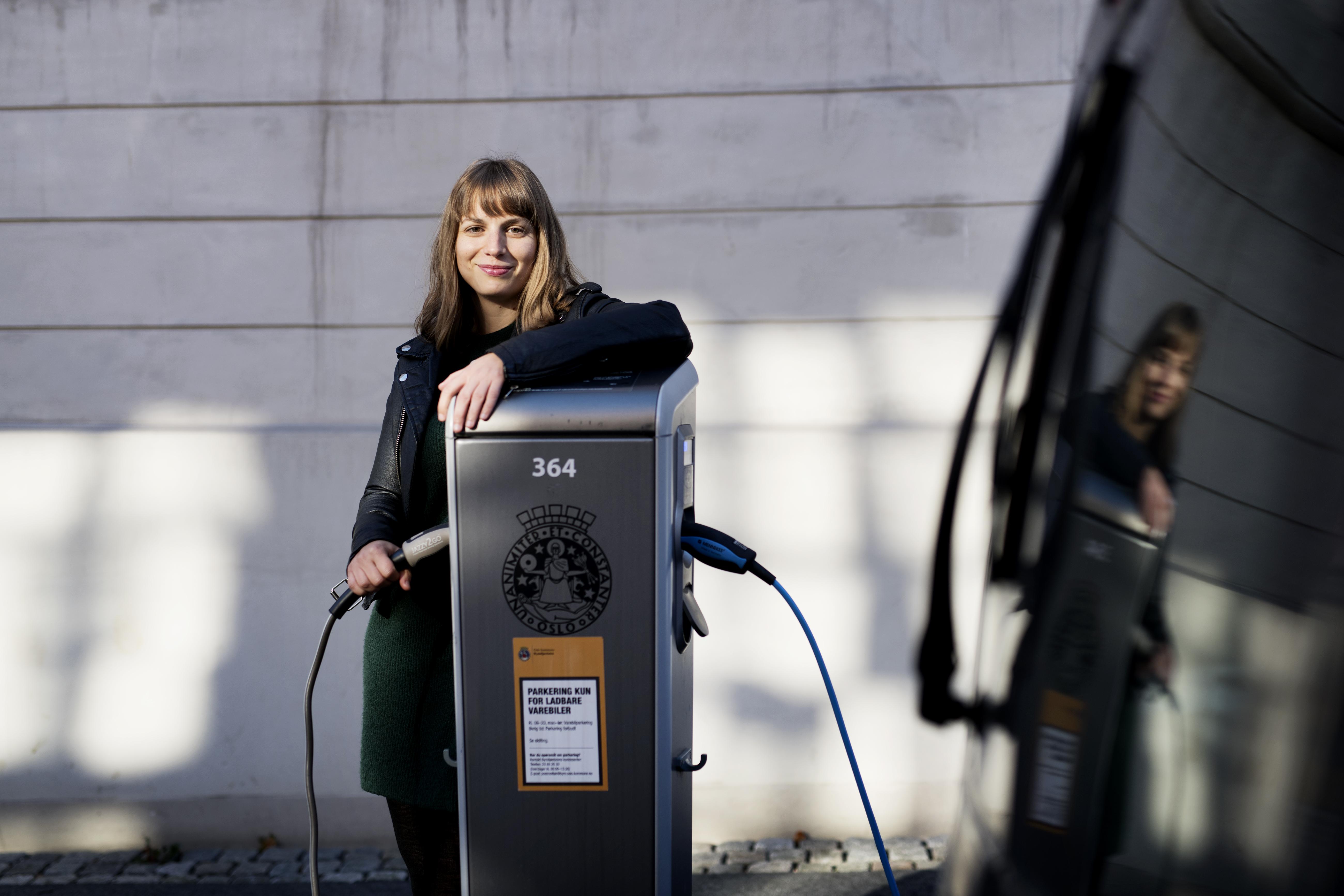 Variert hverdag: Vera Øian kan jobbe med alt fra momsfritak for el-biler til filminsentivordninger i jobben i Nærings- og fiskeridepartementet. Foto: Siv Dolmen